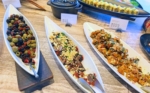 MIXXバー イタリアンランチブッフェ「自家製オリーブとドライトマトのマリネ、キノコと茄子サラダ仕立てエシャレットドレッシング、カボチャのサラダ」
