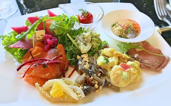 MIXXバー イタリアンランチブッフェ「盛り付けた前菜のお皿」