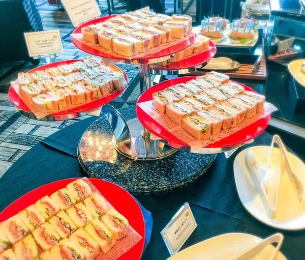 ガーデンラウンジビュッフェメニュー ローストビーフ&レタスサンド、燻製ホエー豚サンド、ポテトサラダサンド、スモークサーモンサンド、シーザーチキン&レタス
