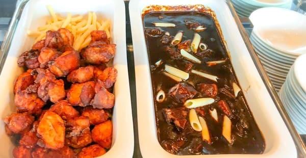 ガーデンラウンジビュッフェ 鶏のから揚げ・フライドポテト、ビーフシチュー