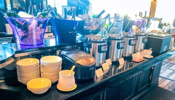 スープとカレー(玄米)のビュッフェ台