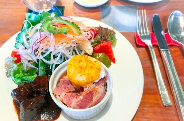 サラダ、ビーフシチュー、ポークパストラミのエッグベネディクト