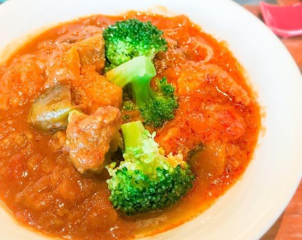 塩麹チキンと茄子のココナッツイエローカレー、海老と彩り野菜のココナッツレッドカレー