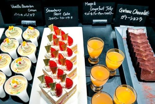 ザ・テラス アトリエコーナー「ガトーショコラ、マンゴーとグレープフルーツのゼリー、ストロベリーショートケーキ、バニラのババロア」