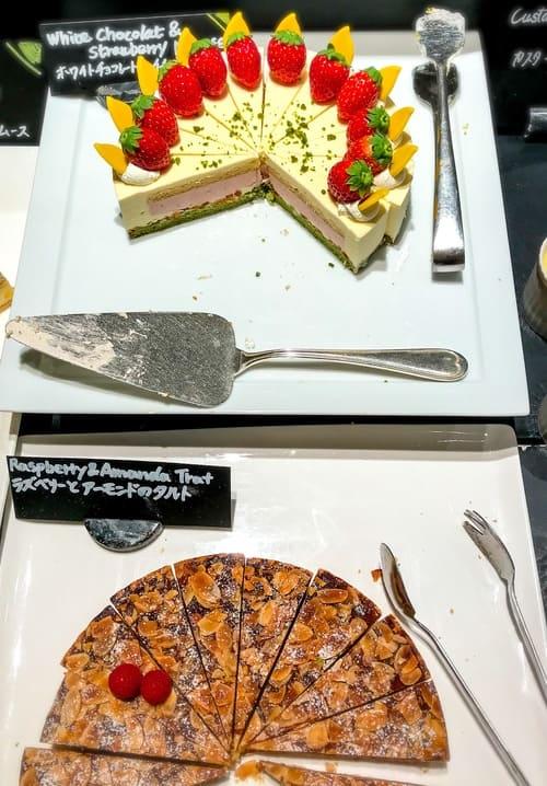 ザ・テラス アトリエコーナー「ホワイトチョコレートとイチゴのムース*、ラズベリーとアーモンドのタルト」