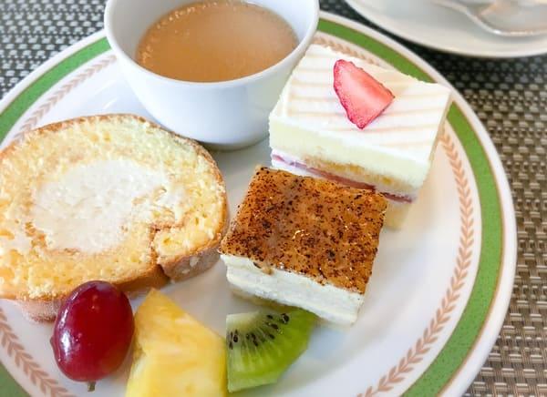 夜間飛行デザートブッフェ|ロイヤルミルクティープリン、【実演】ロールケーキ、いちごのショートケーキ、ほうじ茶のムース