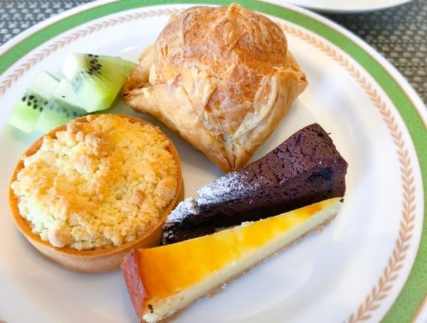 夜間飛行デザートブッフェ パイシュー、岩手県産サンジョナゴールドのタルトポム、ベイクドチーズケーキ、クラシックショコラ