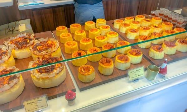 バスクチーズケーキ専門店 ガスタ(GAZTA)に並ぶバスクチーズケーキの様子
