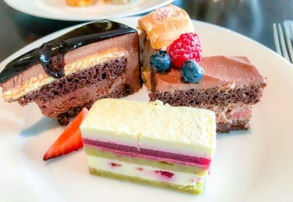 フレンチキッチン アフタヌーンティー|左上から|ラズベリーアントルメショコラ、パリブレストショコラ、シャンティーショコラ、ホワイトチョコレートムース