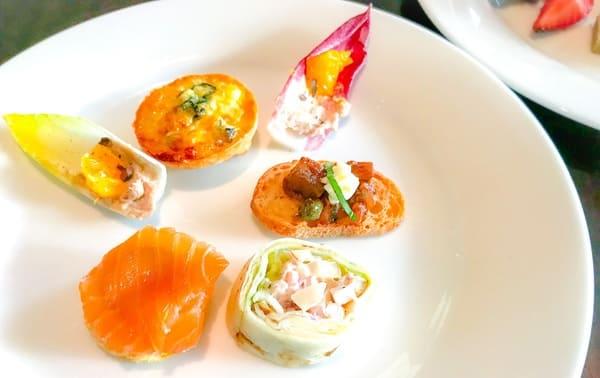 フレンチキッチンアフタヌーンティーのセイボリー全種類のお皿。どれもアフタヌーンティーらしいプチサイズ
