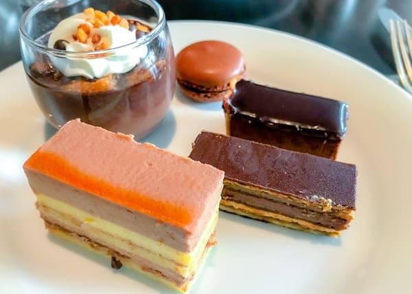 チョコレートボネ、チョコレートマカロン、チョコレートタルト、ガトーオペラ、ミルクチョコレートムース
