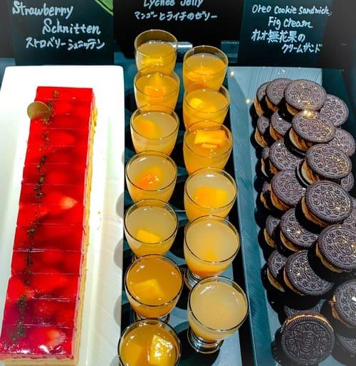 ザ・テラス アトリエコーナー オレオ無花果のクリームサンド、マンゴーとライチのゼリー、ストロベリーシュニッテン*