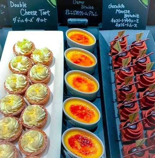 ザ・テラス アトリエコーナー チョコレートブラウニーとチョコレートムース*、オレンジのクレームブリュレ*、ダブルチーズタルト*
