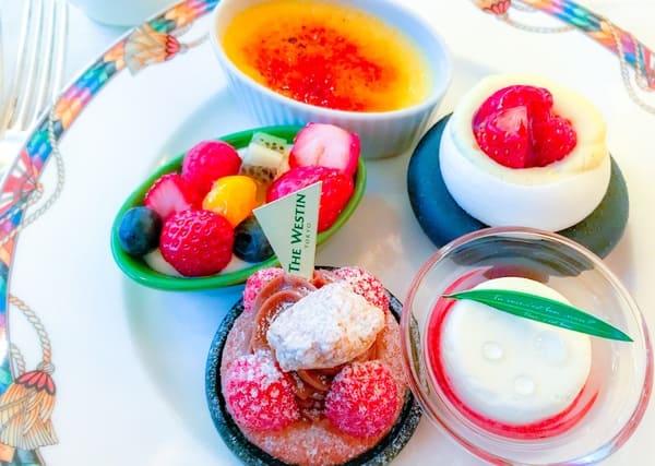 【アトリエ】オレンジのクレームブリュレ*、苺と彩りフルーツのチーズクリーム、パブロア苺添え、苺のガレット、苺のマリネとクレームダンジュ