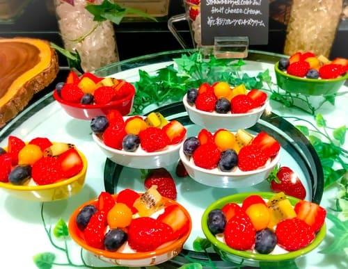 ザ・テラス ストロベリーデザートブッフェ 苺と彩りフルーツのチーズクリーム