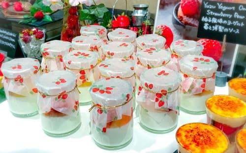 ザ・テラス 苺デザートブッフェ 柚子風味のヨーグルト苺と洋梨のソース