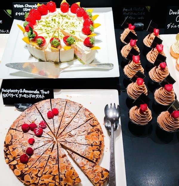 ザ・テラス ディナーブッフェ アトリエコーナー モンブラン〜仏、ホワイトチョコレートストロベリームース、ラズベリーとアーモンドのタルト