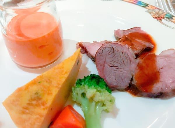 食べていなかったニンジンのムース(美味しい)とオムレツとラム