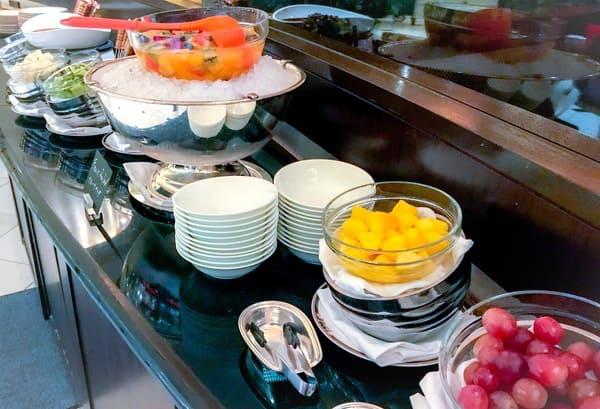 ザ・テラス ディナーブッフェ メインブッフェ台の対面のチョコレートフォンデュ(奥)とフルーツのコーナー