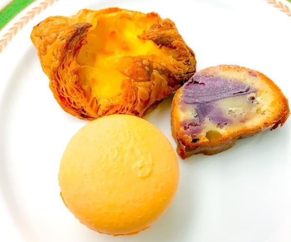 川崎日航ホテル プレミアムスイーツブッフェ パティシエのクリームパン、紫芋のケーキ、橙マカロン