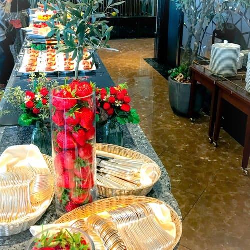 横浜ベイシェラトン ベイ・ビュー「ストロベリースイーツブッフェ〜Strawberry Garden〜」スイーツのブッフェ台写真