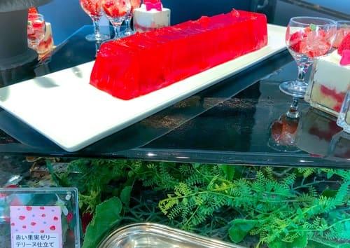 横浜ベイシェラトン ベイ・ビュー「ストロベリースイーツブッフェ〜Strawberry Garden〜」苺のお庭をイメージしたブッフェ台