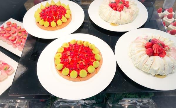 横浜ベイシェラトン ベイ・ビュー「ストロベリースイーツブッフェ〜Strawberry Garden〜」スイーツブッフェ台 タルトやシフォンケーキ