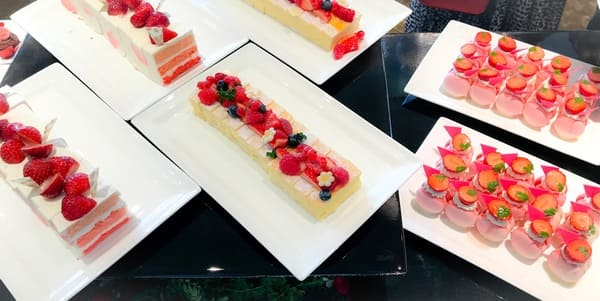 横浜ベイシェラトン ベイ・ビュー「ストロベリースイーツブッフェ〜Strawberry Garden〜」スイーツブッフェ台 ショートケーキやチーズケーキ