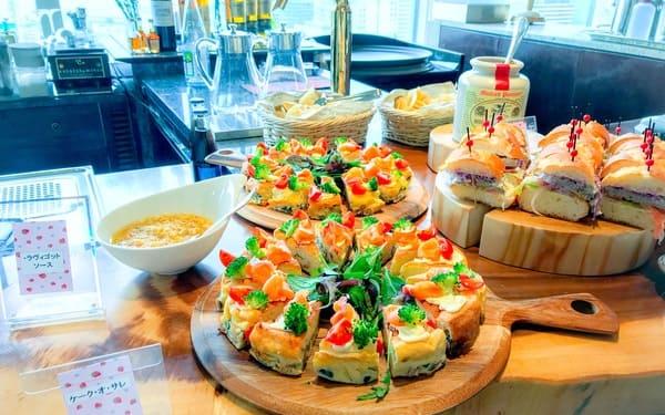 横浜ベイシェラトン ベイ・ビュー「ストロベリースイーツブッフェ〜Strawberry Garden〜」サンドイッチとケーク・オ・サレの写真