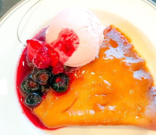 クレープシュゼット ストロベリーアイスと赤い果実の写真