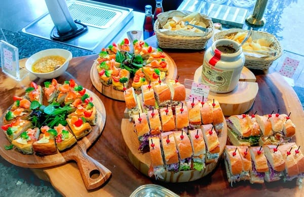 横浜ベイシェラトン「ベイ・ビュー」ストロベリースイーツブッフェの軽食