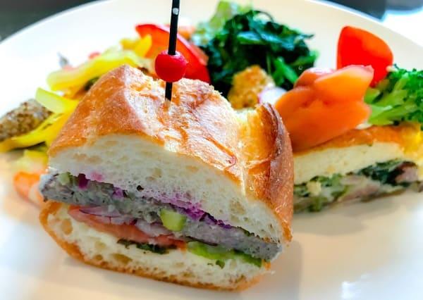 横浜ベイシェラトン「ベイ・ビュー」ストロベリースイーツブッフェの軽食写真手前からサンドウィッチ、ケーク・オ・サレ、サラダバーからサラダと冷菜