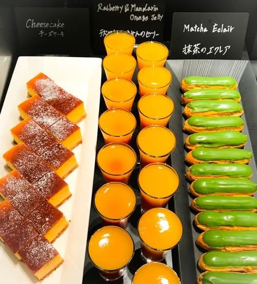 ザ・テラス アトリエコーナー2019年2月のメニュー「抹茶のエクレア、ラズベリーとみかんのゼリー、チーズケーキ」