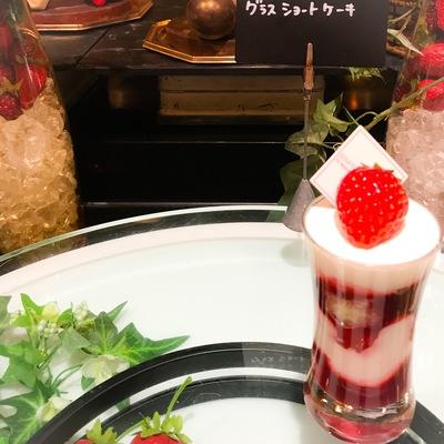 ザ・テラス ストロベリーデザートブッフェ グラスショートケーキブッフェ台の写真