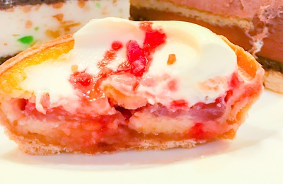苺の焼きタルトプラリネローズの写真