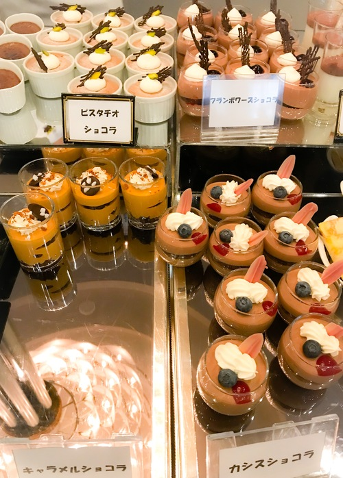 京成ホテルミラマーレ ミレフォリア デザートバイキング 2019年2月 ブッフェ台の写真 ピスタチオショコラ、フランボワーズショコラ、キャラメルショコラ、カシスショコラ
