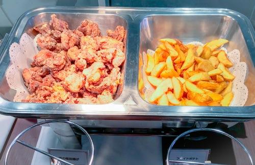 夜間飛行 いちごスイーツブッフェ 軽食のブッフェ台 鶏の竜田揚げとポテト