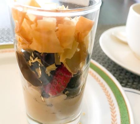 川崎日航ホテル 夜間飛行 ユニークな「いちごとチョコのグラス」食べ方の写真
