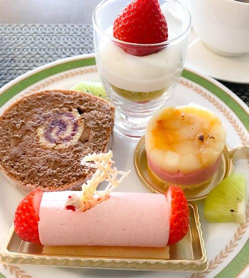 川崎日航ホテル 夜間飛行 スイーツブッフェ いちごのグラス、チョコロールケーキ、ムースフランボワーズ、いちごのムース