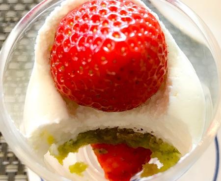 川崎日航ホテル 夜間飛行 スイーツブッフェ 苺のグラスの写真と感想