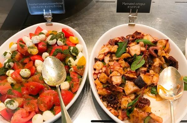 グランドハイアット東京 フレンチキッチン ランチブッフェ写真 いろいろトマト モッツアレラバジル、タコのマリネ