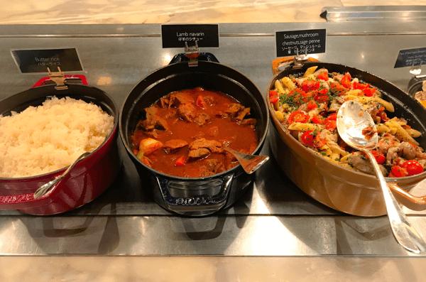 フレンチキッチン ランチブッフェ ホットステーションに並ぶお料理の写真その2