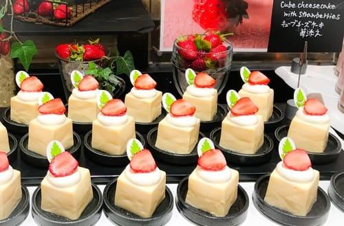 ザ・テラス ストロベリーデザートブッフェ キューブチーズケーキ苺添え