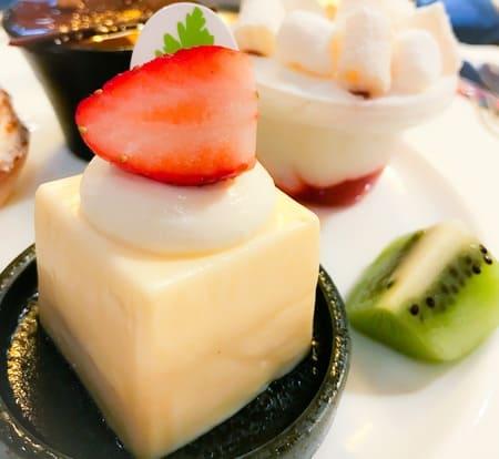 キューブチーズケーキ苺添え ザ・テラス デザートブッフェメニュー ブログ