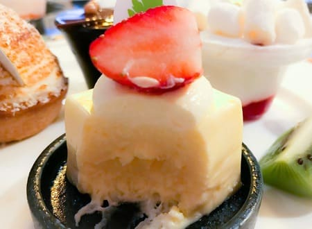 キューブチーズケーキ苺添え断面写真 ザ・テラス デザートブッフェメニュー ブログ