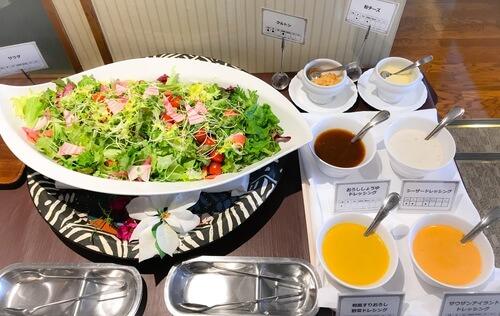夜間飛行 いちごスイーツブッフェ 軽食ブッフェ台 サラダとドレッシング