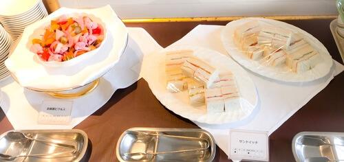 夜間飛行 いちごスイーツブッフェ 軽食ブッフェ台 自家製ピクルス、サンドイッチ