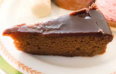 最近は表面は分厚いチョコレートガナッシュのザッハトルテも多いですよね(チョコレート好きとしてはこれも大好き!)