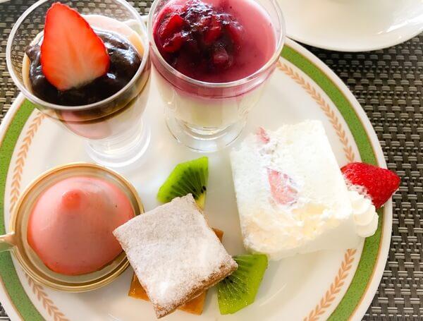 夜間飛行 いちごスイーツブッフェ 桜のブランマンジェ、チーズのババロア、ムースフレーズ、ミルフィーユ、いちごショートケーキ