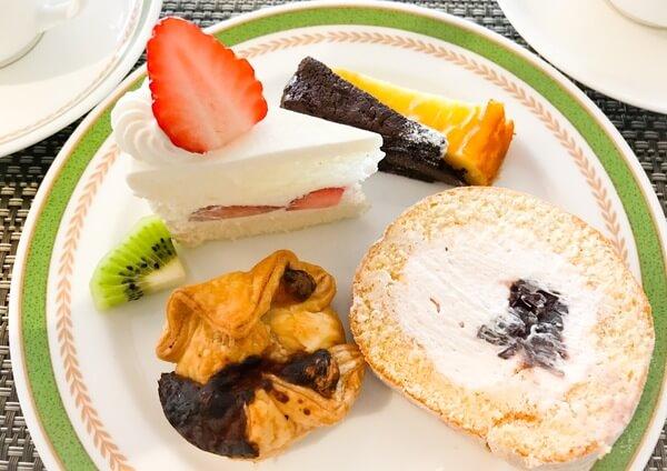 夜間飛行 スイーツバイキング いちごのショートケーキ、クラシックショコラ、ベイクドチーズケーキ、チーズといちごのパイ、桜と練乳のロールケーキ